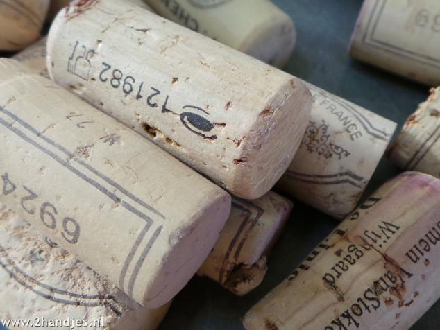 detailfoto van wijnkurken materialen voor een krans van wijnkurken